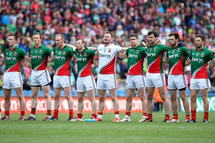 the-mayo-team-stand-for-the-national-anthem-6-752x501